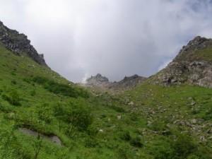 焼岳の山頂を見ながら登る