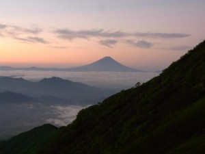 赤岳展望荘から夜明け前の富士山