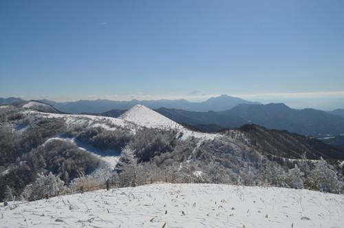 平沢山から見る飯盛山と富士山