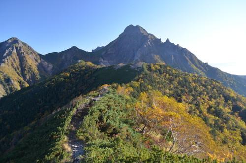 赤岳へと続く稜線