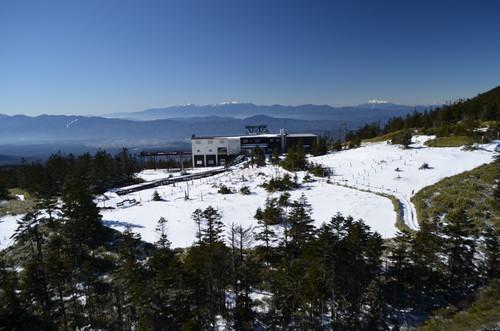 坪庭から見るロープウェイ山頂駅周辺