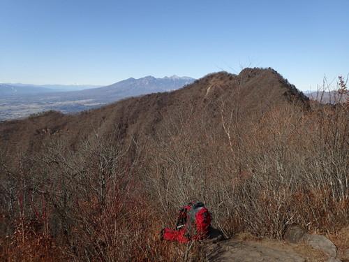 茅ヶ岳山頂から見る金ヶ岳と八ヶ岳